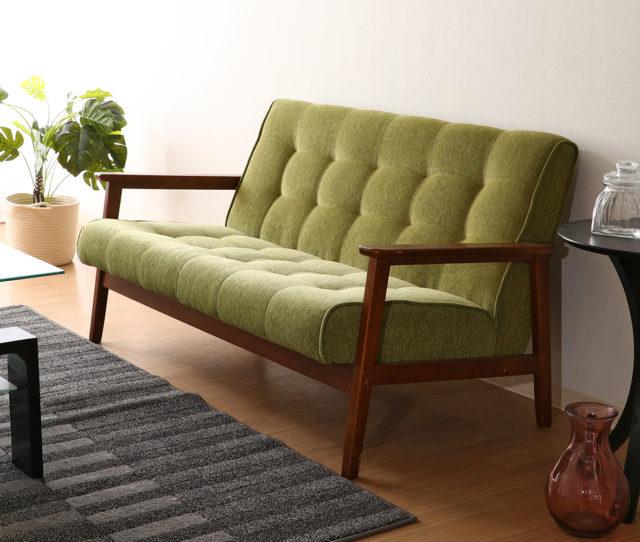 天然木を使用した木製の肘掛けと爽やかなグリーンのファブリックがマッチした2人掛けソファ!シートは程よく弾力があり、座面は奥に傾いているので、長時間座っても疲れにくい!シンプルデザインで他のインテリアとも合わせやすい!