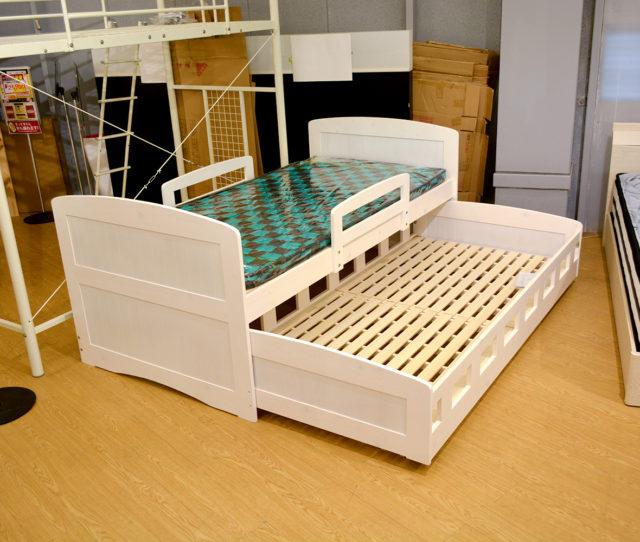 飽きのこないパイン無垢材の木目をそのまま生かしたカントリー風親子ベッド!下段はキャスター付きでラクに出し入れでき、向きも簡単に変えられます。通気性に優れたすのこタイプでムレにくい♪