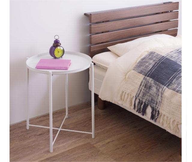 細脚でスッキリデザインのスチール製テーブル!固定金具を使用しないので、天板だけ取ってトレー単品として使用でき、お菓子や飲み物など持ち運びに便利♪サイドテーブルとしてはもちろん、ベッド横のナイトテーブルとしても◎