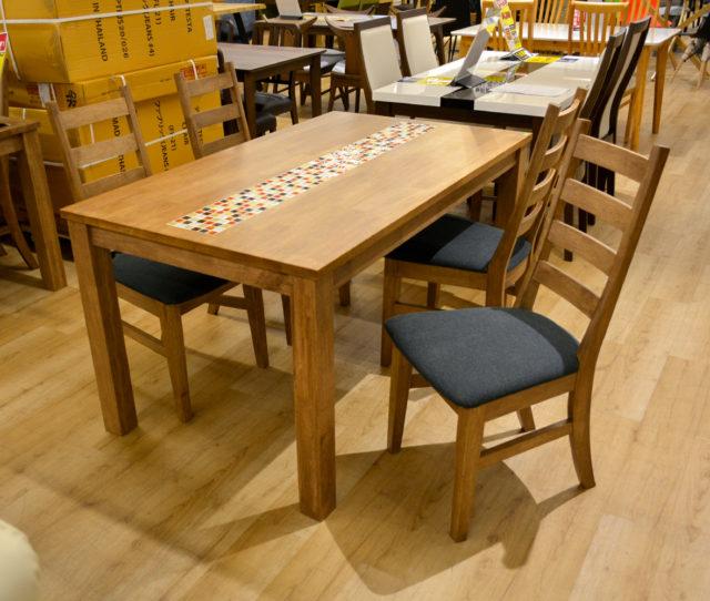木目の温かみが感じられるナチュラルデザインの可愛らしい食卓セット。テーブル中央にカラフルなタイルが施され、食卓を華やかに彩ります。チェアはハイバック仕様でスッキリデザイン。座面はファブリック素材でヒヤッとせず快適!