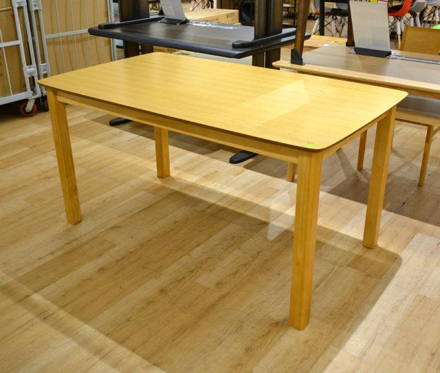 天板が突板仕様の高級感あるダイニングテーブルがお買い得!お子様の安全などに配慮した天板角は丸みのあるデザインで安心設計。シンプルデザインでどんなお部屋にも合わせやすい!