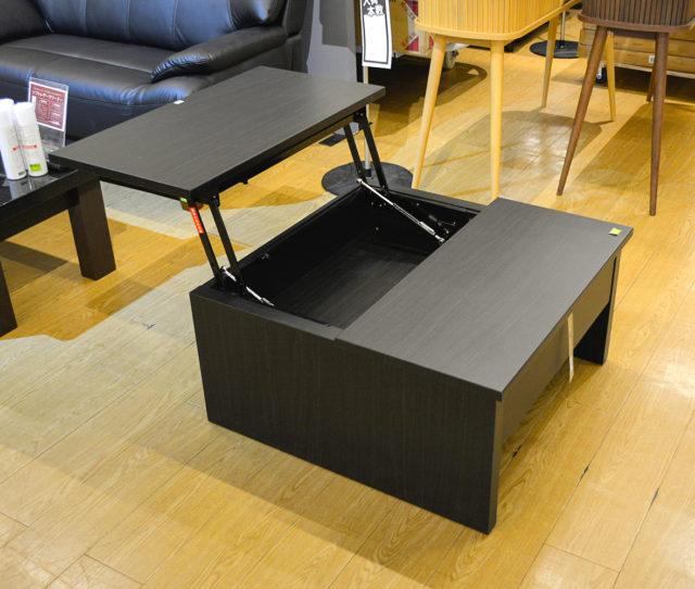 自宅でテレワークが増えた方必見!デスクとしても使えるセンターテーブル!天板片側が昇降機能が付いているのでノートパソコンを置いてソファに座りながら作業できます。引き出し収納もあるので、お部屋がスッキリ片付きます♪